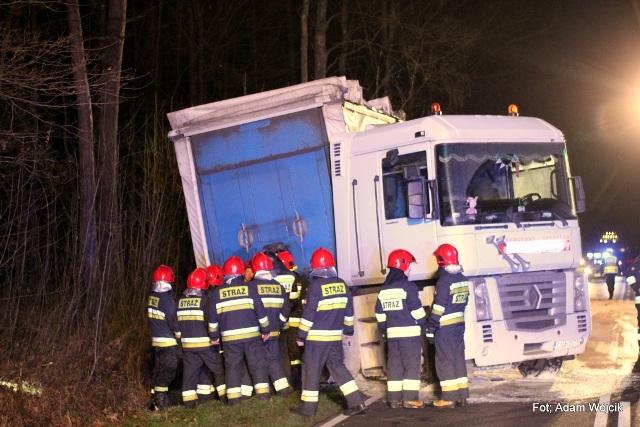 Osobówka zderzyła się z ciężarówką. Z tira wyciekło paliwo