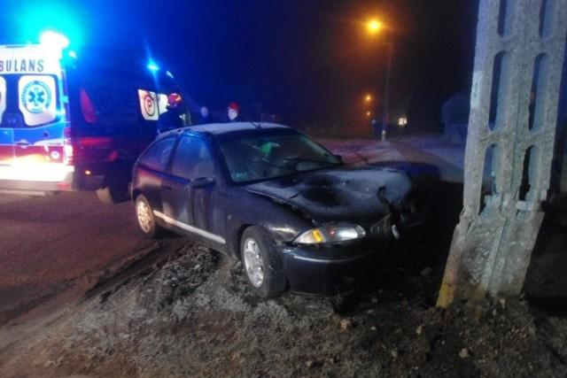Auto uderzyło w słup energetyczny.