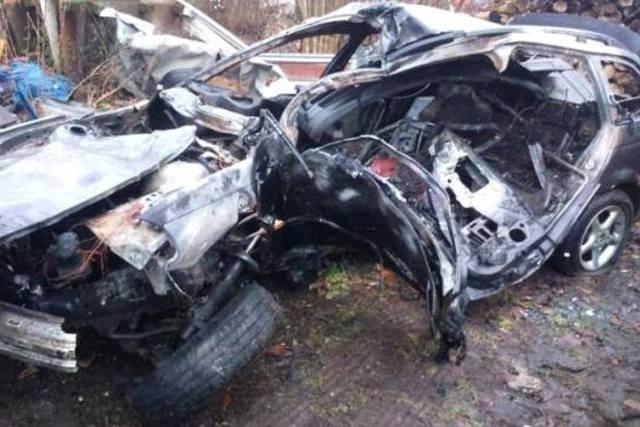 BMW uderzyło w drzewo i stanęło w płomieniach. Dwie osoby nie żyją.