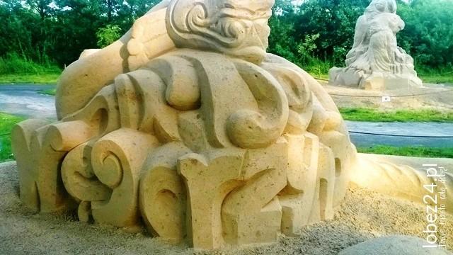Trzy metrowe rzeźby z piasku stanęły nad jeziorem w Węgorzynie.