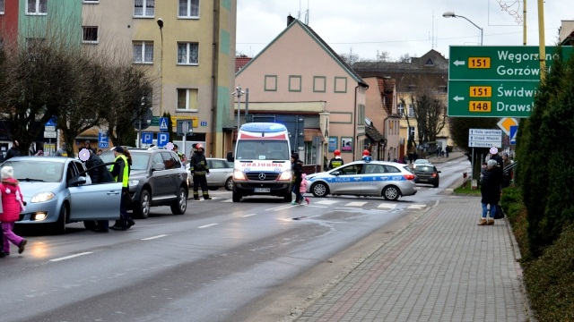 Starsza kobieta potrącona na pasach w centrum Łobza.