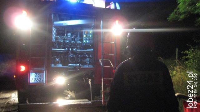 Nocny pożar w Worowie. Tlące się składowisko bel słomy gasiły cztery  zastępy straży pożarnej.