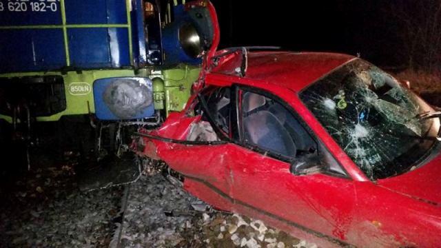 Pociąg towarowy uderzył w samochód na przejeździe kolejowym.