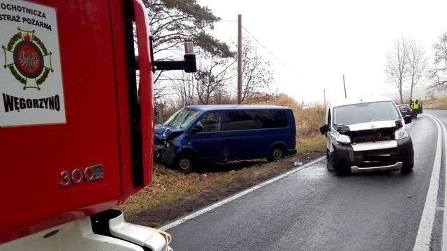Kolizja dwóch aut dostawczych na krajowej 20 w okolicach miejscowości Wiewiecko.