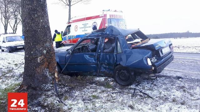 Volvo uderzyło w drzewo na krajowej 22