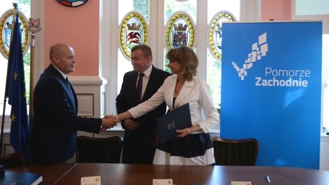 Gmina Łobez podpisała umowę na dofinansowanie uzbrojenia terenów inwestycyjnych Specjalnej Strefy Ekonomicznej w Łobzie o wartości 12,7 mln złotych.