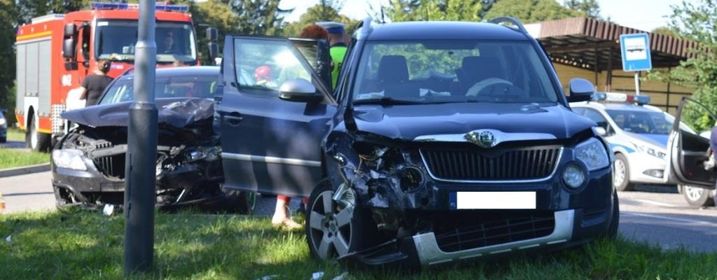 Dwa rozbite auta w wypadku pod Łobzem.