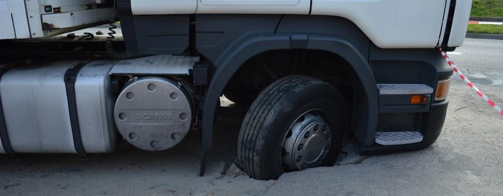Jezdnia zapadła się pod ciężarówką w Węgorzynie.