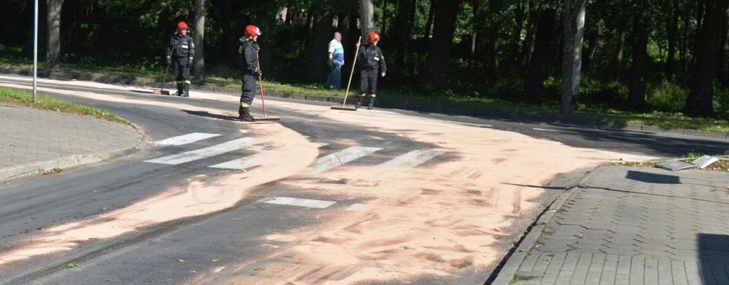Wyciekł olej. Utrudnienia w na ulicach Łobza.