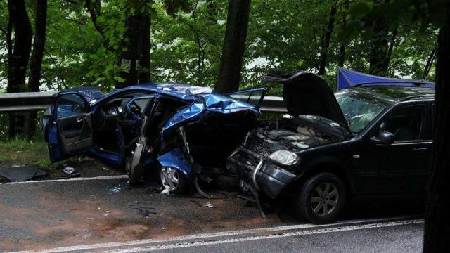 Renault uderzył barierkę energochłonną. Nie żyje 16-latek.