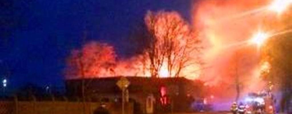 Pali się hala dawnej parkieciarni w Białogardzie.