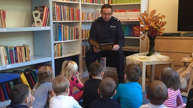 Komendant czyta dzieciom