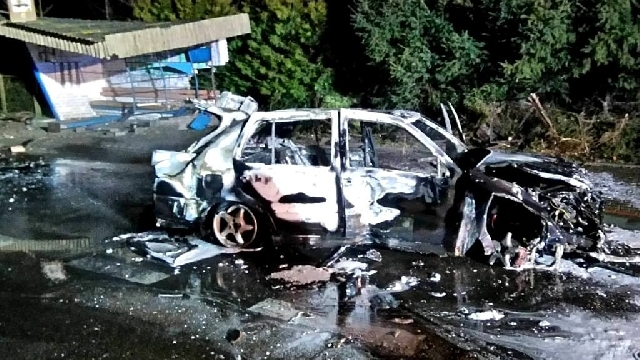 VW Vento wjechało w przystanek i stanęło w płomieniach