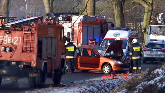 DW 174, TROSZCZYNO: Samochód osobowy uderzył w drzewo. Jedna osoba poszkodowana.