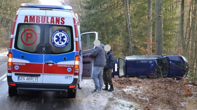 Droga wojewódzka nr 152 Starogard-Resko. Dachowanie osobówki. Dwie osoby poszkodowane.