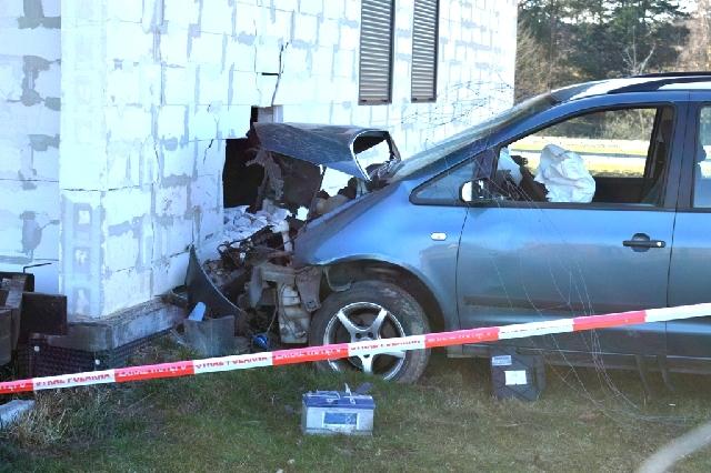 Samochód wbił się w dom, kierowca był pijany