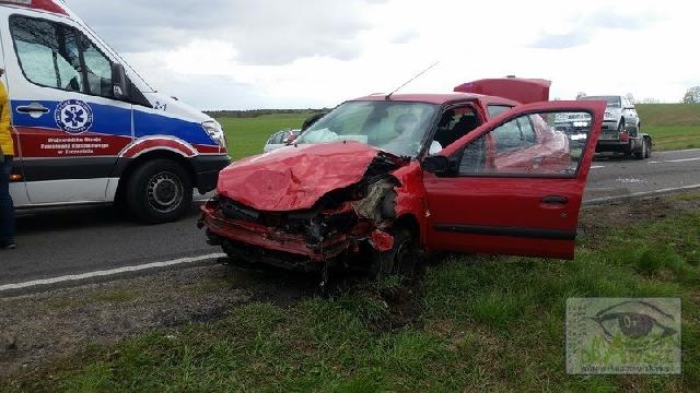 Zderzenie dwóch aut na krajowej dwudziestce. Kierowca oddalił się z miejsca zdarzenia.
