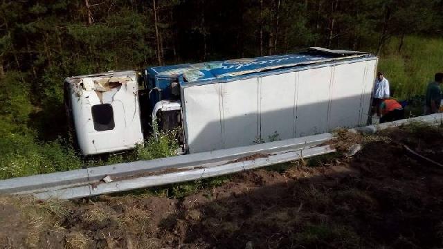 Ciężarówka stoczyła się ze skarpy
