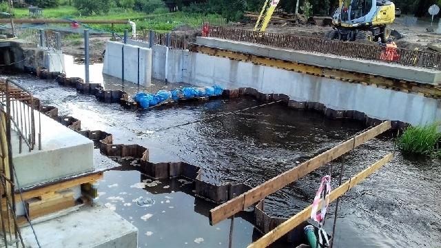 Przedłuży się budowa mostu na Łoźnicy.