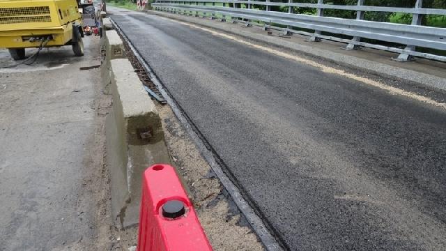 Remont mostu na Redze koło miejscowości Strzmiele na półmetku.