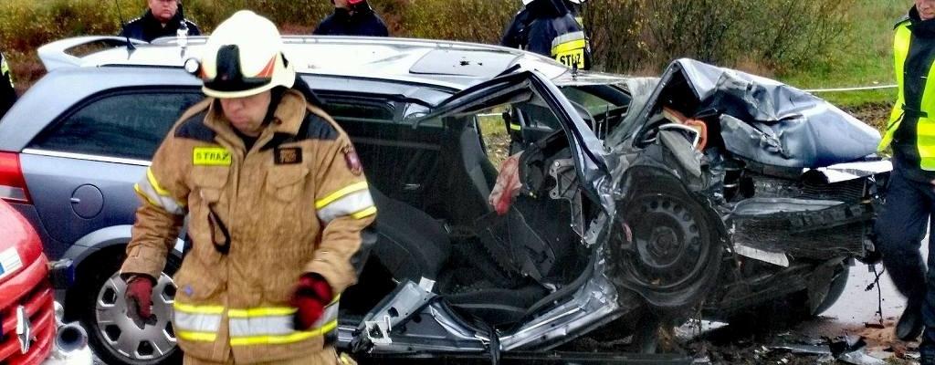 Opel uderzył w drzewo. Dwie osoby poważnie ranne.