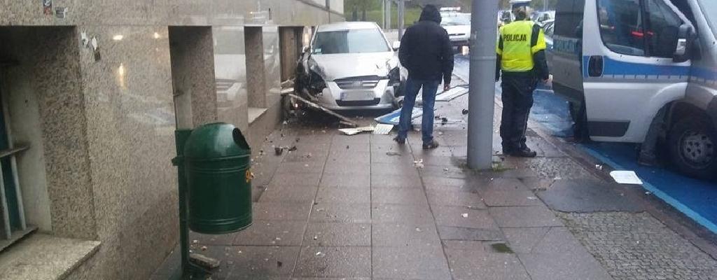 Szczecin: Nieoznakowany radiowóz wjechał w budynek