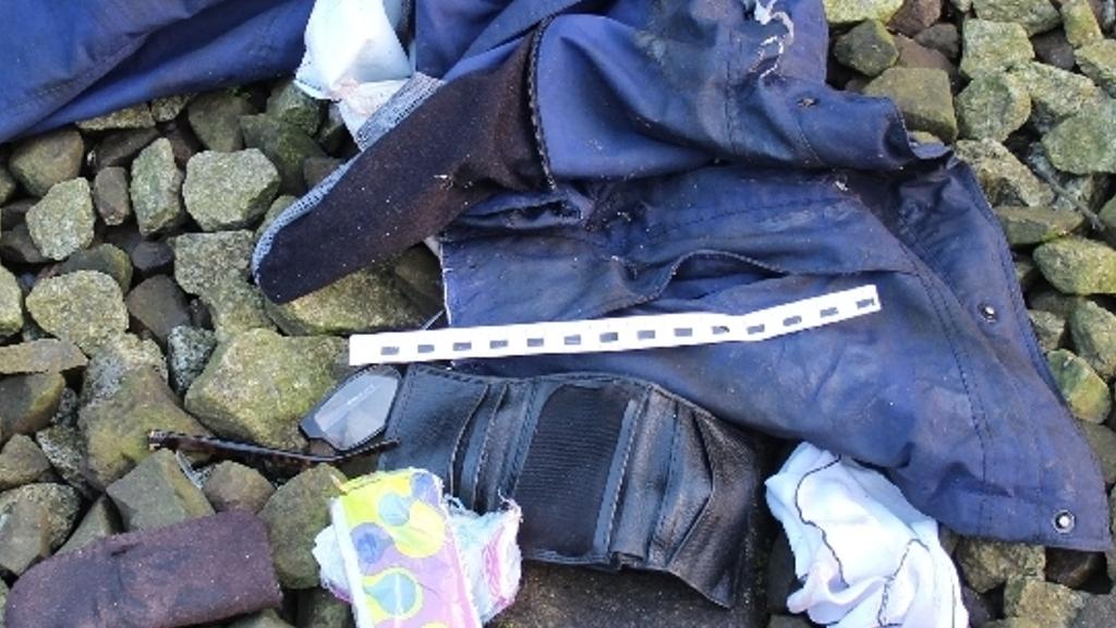 Policja prosi o pomoc w ustaleniu tożsamości mężczyzny, który zginął w październiku pod kołami pociągu pod Koszalinem