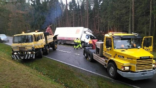 DK-11 Ciężarówka w rowie. Utrudnienia na drodze.