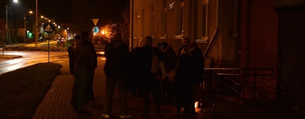 Wracają wieczorne spacery pod budynek Sądu Rejonowego w Łobzie.