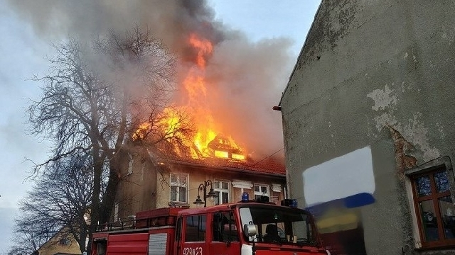 Pożar w Czaplinku. Walący się strop przygniótł strażaka ochotnika.
