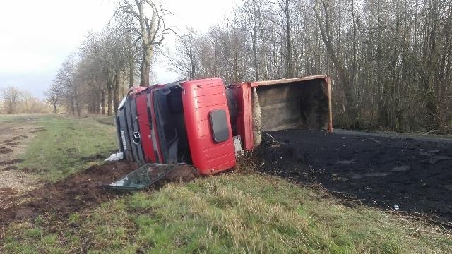 Wywróciła się ciężarówka. Kilka ton ładunku wysypało się na drogę.