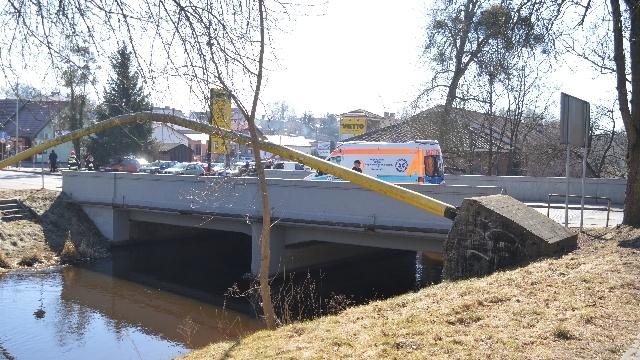 Zasłabnięcie na moście w centrum Łobza. Szybka pomoc strażaków