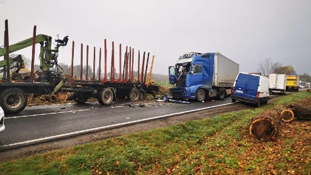 [DK-11] Zderzenie dwóch ciężarówek.
