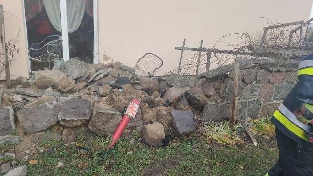 Siedlice. Auto wbiło się w mur ogrodzeniowy.