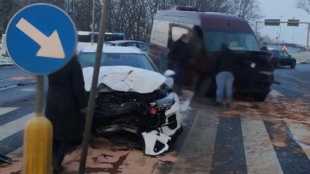 Szczecin: Bus zderzył się z osobówką na ul. Przestrzennej. Poszkodowane zostały dwie osoby.