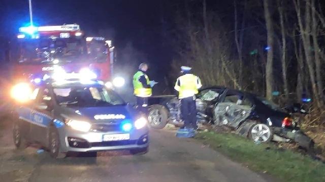 Białogard. BMW uderzyło w drzewo. Jedna osoba w ciężkim stanie