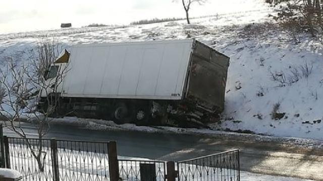 [DW-148] Łobez. Ciężarówka w rowie.