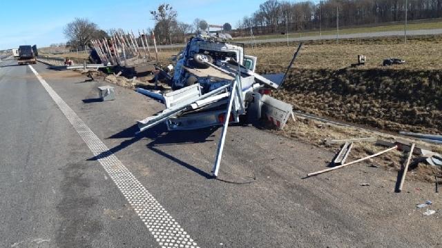Nowogard. Zderzenie samochodu służby drogowej i ciężarówki