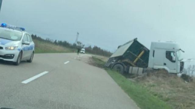 Ciężarówka w rowie niedaleko Borkowa Wielkiego