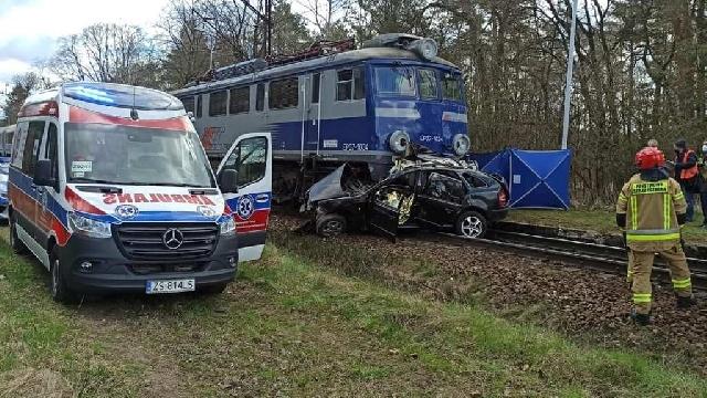 Świdwin. Samochód zderzył się z pociągiem. 26-letni kierowca nie żyje
