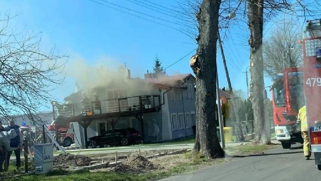 Kołobrzeg. W Niemierzu płonie poddasze budynku mieszkalnego