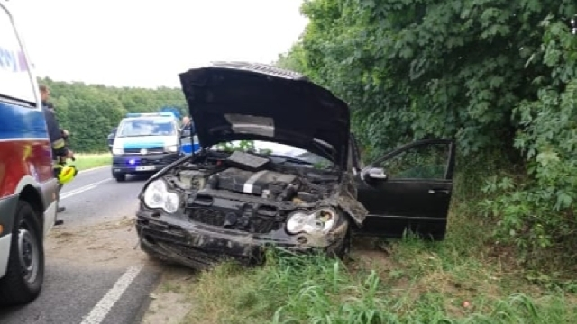 [DW-162] Świdwin. Mercedes wypadł z drogi