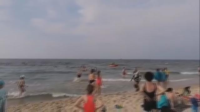 Międzyzdroje. Ratownicy walczą o życie młodej osoby, którą wyciągnięto z wody po 30 minutach poszukiwań