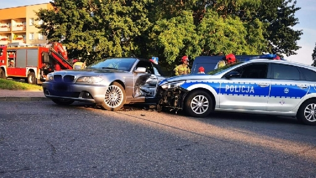 Policyjny pościg ulicami Koszalina za bmw. Bilans to dwa rozbite radiowozy [ZDJĘCIA+VIDEO]