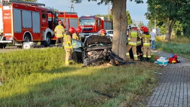 Redlino. Auto wbiło się w drzewo. Jedna osoba poszkodowana [ZDJĘCIA]