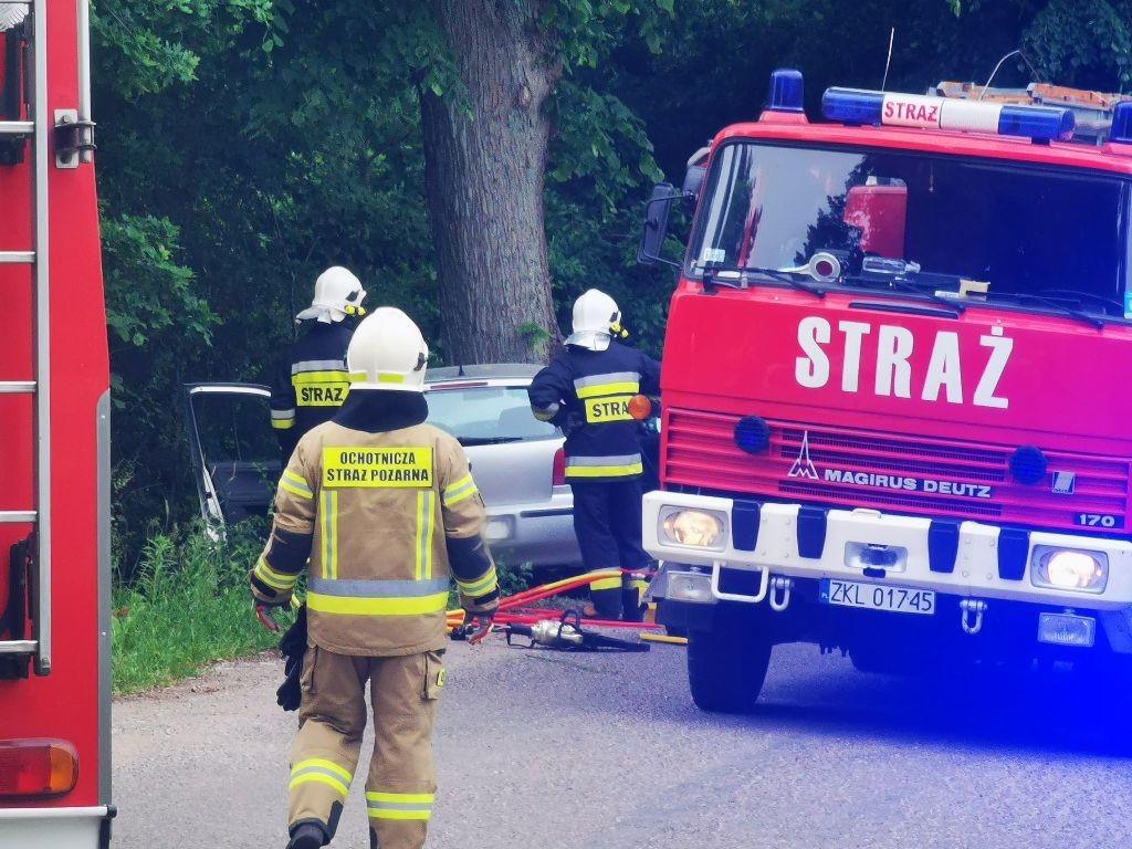 Świecie Kołobrzeskie: Auto uderzyło w drzewo. Nie żyje kobieta.