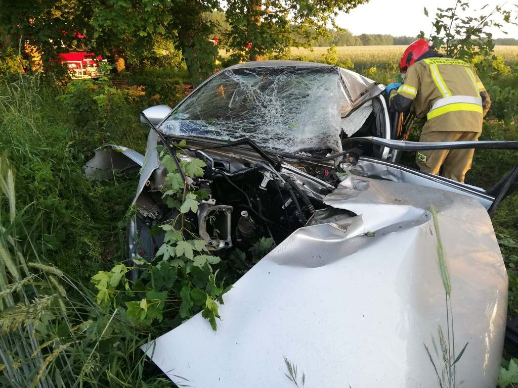 Śmiertelny wypadek niedaleko Połczyna Zdrój. Opel uderzył w drzewo. Nie żyje kierowca