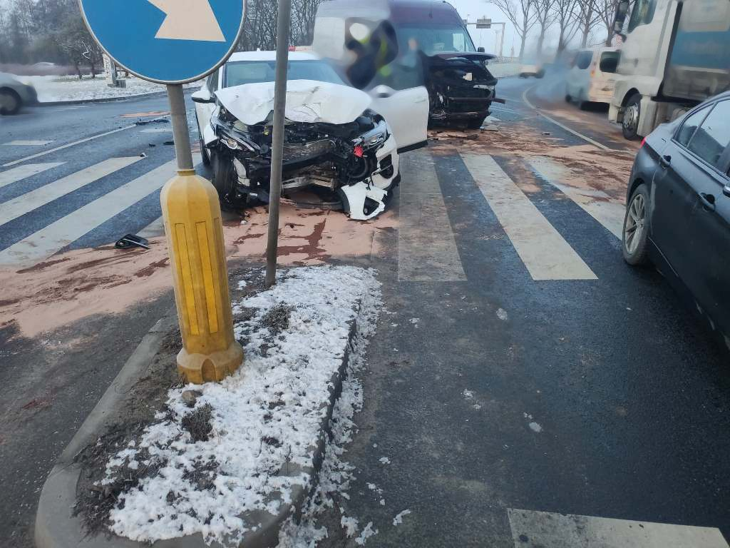 Szczecin: Bus zderzył się z osobówką na ul. Przestrzennej.