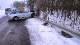 Mercedes uderzył w barierki energochłonne. Kierowca się gdzieś zapodział