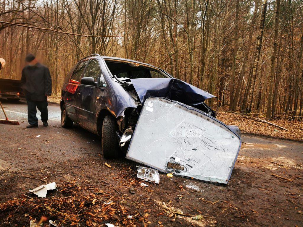 Koszalin: Auto uderzyło w drzewo. Dwie osoby poszkodowane